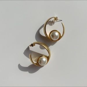 vtg gold tone ribbed semi-hoops with large pearl